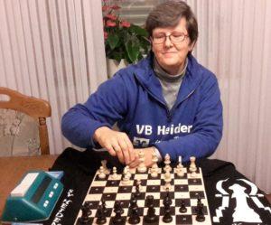 Karin Knop am Schachbrett